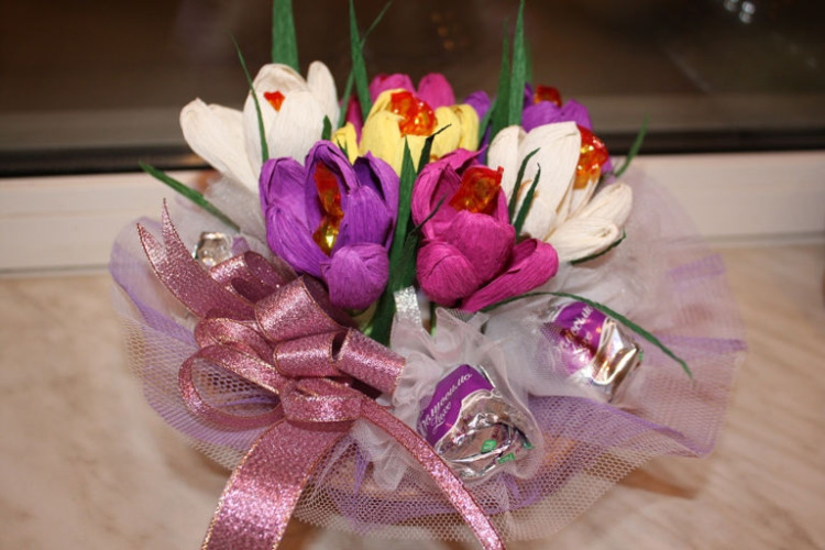 Цвет из гофрированной бумаги с конфетами своими руками